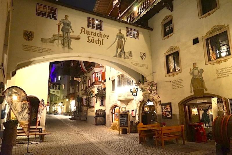 Die kleinste Altstadt von Österreich beherbergt unter anderem das Boutique-Hotel Träumerei #8, das Auracher Löchl und den Stollen 1930 mit der größten Gin-Bar der Welt