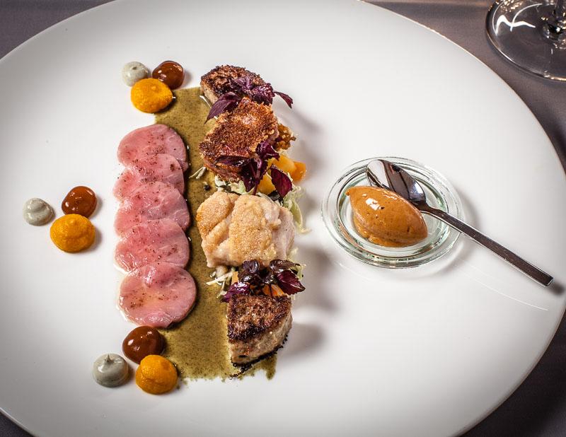 Allgäuer Weidekalb, Bries, Kopf, Carpaccio dazu noch Kalbsleber auf einem Sonnenblumenlack mit Süßkartoffelpüree und einem Hagebutteneis
