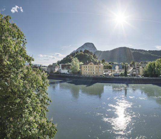 Blick vom Boutique-Hotel Träumerei #8 auf den Inn und die Bergwelt Tirols