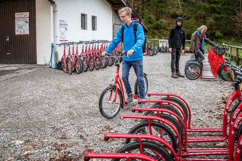 Wenig Formalitäten sind nötig für die Rollermiete. Dass es die Roller erst ab 15 Uhr gibt, ist das Oytal ein idealer Nachmittagsausflug