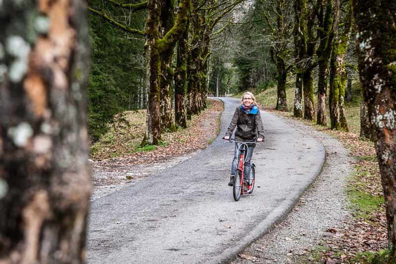 Nach der leichten Wanderung am Fluss Oy von Oberstdorf zum Gasthof bietet sich der asphaltierte Rückweg an, den man am besten mit Mietrollern zurückleg
