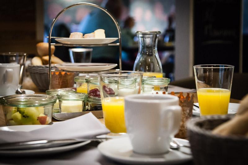 Zum Frühstück werden Marmeladen und allerlei Kleinigkeiten in Weckgläsern bereitgestellt
