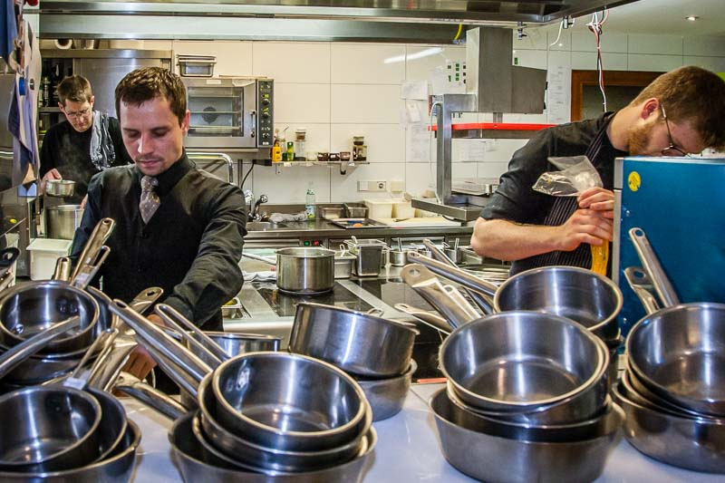 In der Küche von Tobias Eisele (im Hintergrund) kennt jeder alle Aufgaben. Absprachen erfolgen erstaunlich ruhig. Die Köche arbeiten schnell, konzentriert und Hand in Hand