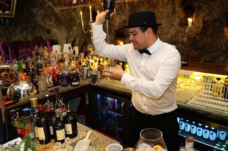 Das Gin-Tasting ist ein Muss - allerdings lernt man bei diesem nicht gleich das Jonglieren mit der Flasche wie hier von James vorgeführt