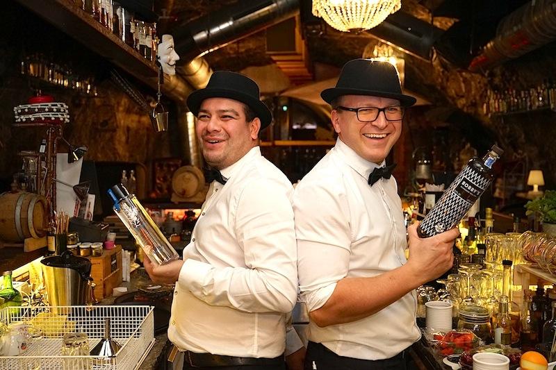 Bar-Chef Robert (li) und Kollege James haben viel Freude an ihrem Job