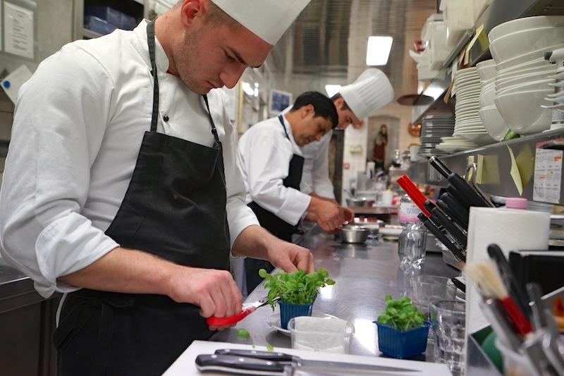 Die Küchenbrigade um J.C. Bourgueil arbeitet konzentiert und mit dem Anspruch ihres Chefs an Perfektion