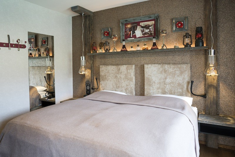 Auch im Fluss- und Bergblick Zimmer DELUXE sichert das Boxspringbett aus der Manufaktur Schramm einen erholsamen Schlaf