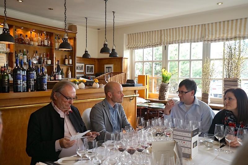 Patron des Weinguts Nittardi Léon Femfert (2.v.li.) im Gespräch mit Gästen des Raritätenlunchs
