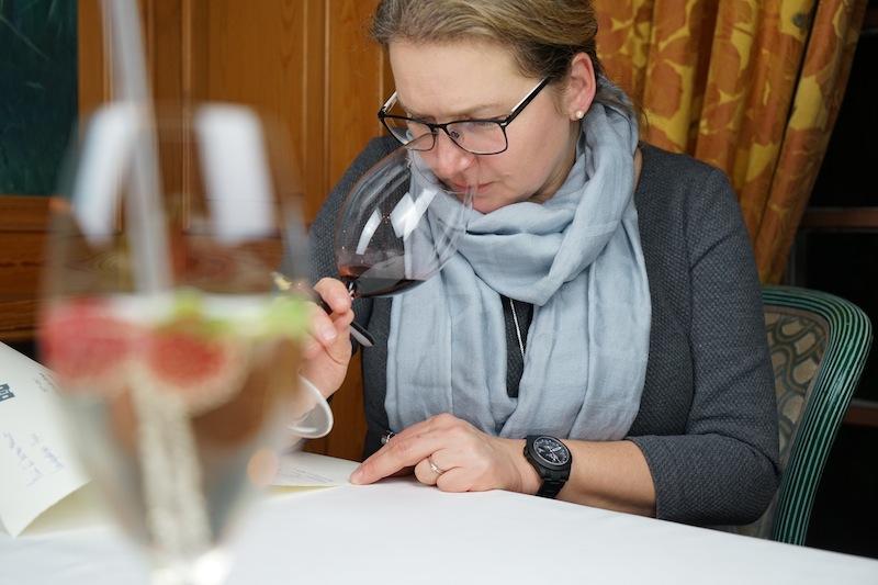 Weinprobe: Beim Geruch stehen Aromen, Reintönigkeit und Intensität im Vordergrund. Lustfaktor-Redakteurin Annett Conrad macht sich Notizen zu jedem genossenen Wein