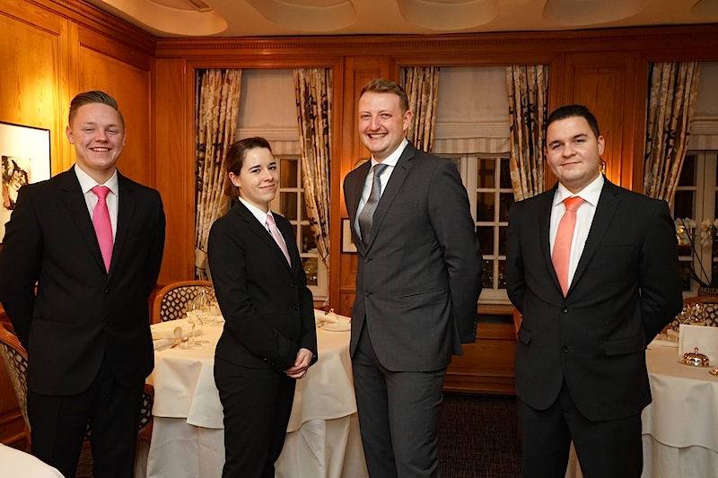 Das Team um Restaurantleiter Robin Seyler (3.v.li.): Sebastian Foth (li.) Romy Bales (2.v.li.), Luan Aliu (re.) / © Redaktion Lustfaktor