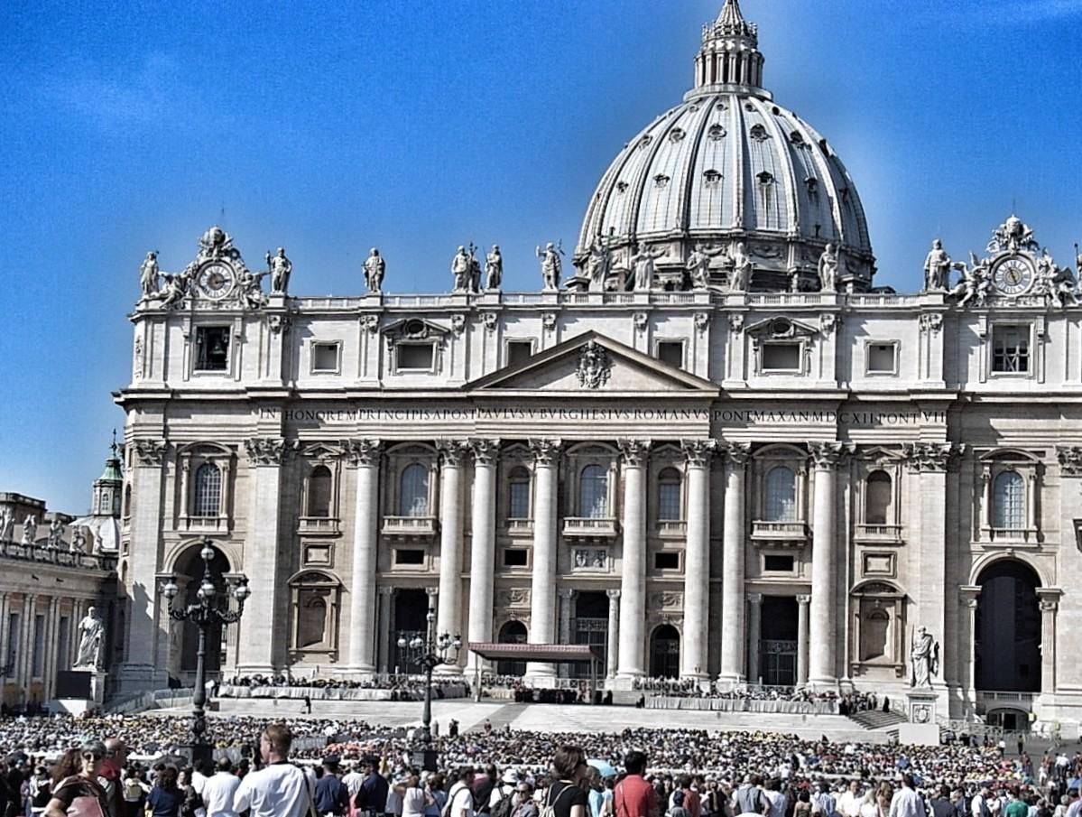 Zehntausende Menschen warten auf das Erscheinen von Papst Benedikt XVI
