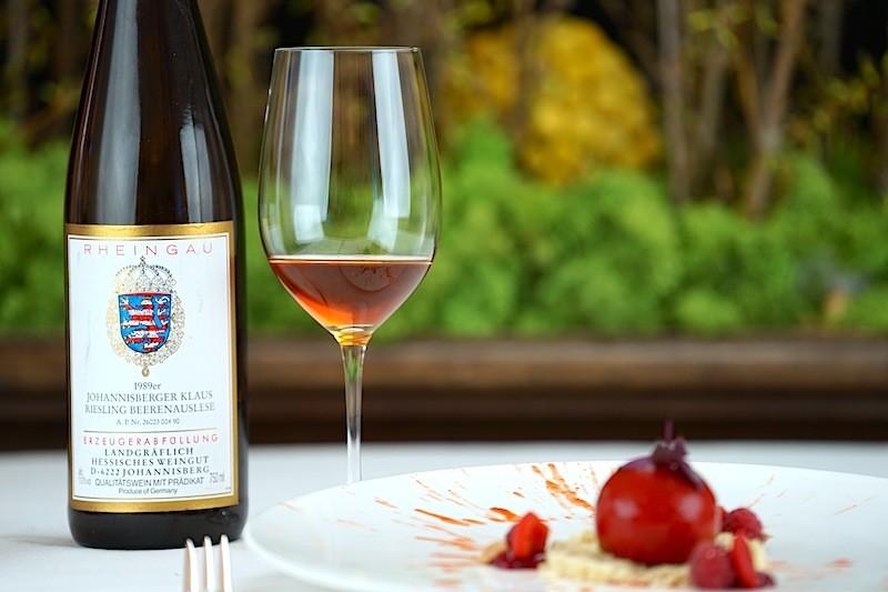 Die zum Dessert gereichte 1989er Johannisberger Klaus Riesling Beerenauslese vom Weingut Prinz von Hessen rundete die weiße Schokolade mit Paprika und Himbeere ab