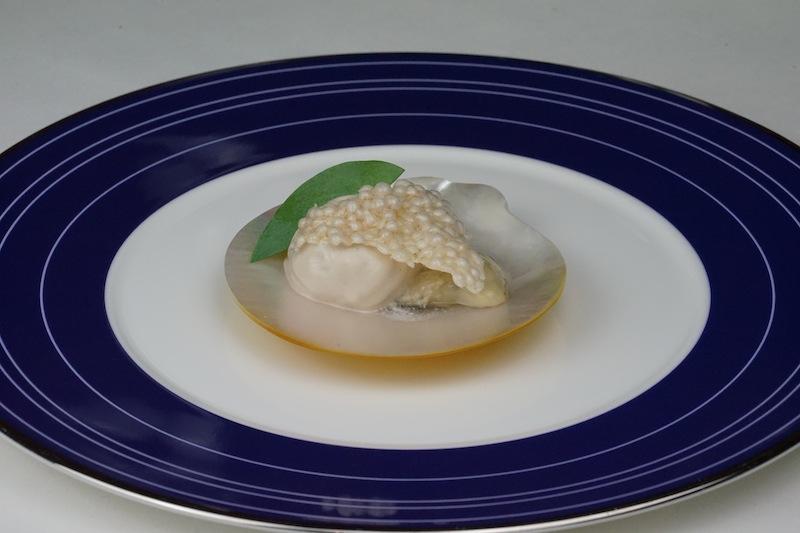 Delikate Gillardeau Auster mit einem Mousse vom geräuchertem Hering und Tapiokachip