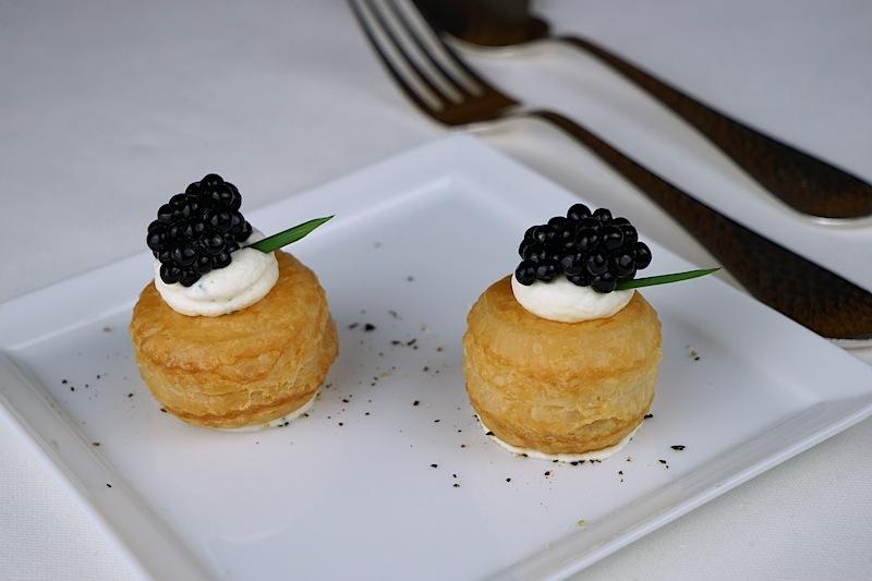 Pastetchen mit Schnittlauchcreme und Kaviar