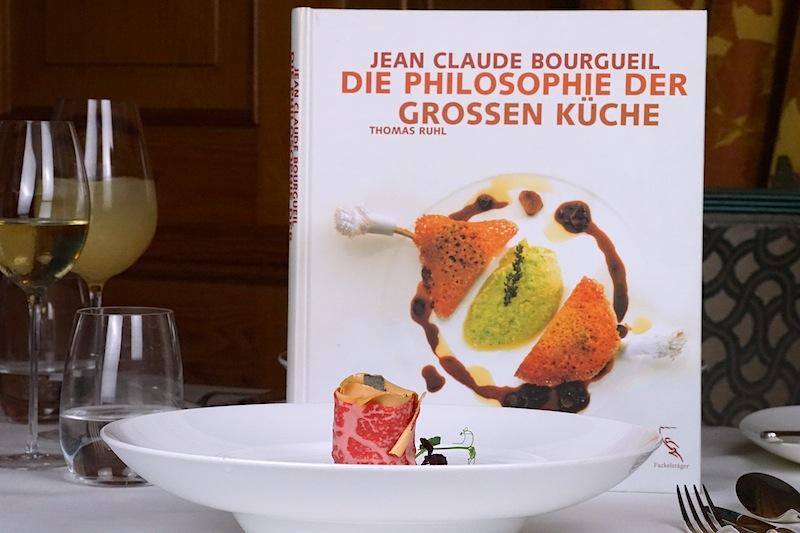 Die Botschaft ist unmissverständlich: Kochen ist Leidenschaft, und diese Passion transportiert J.C. Bourgueil mit einen Kochbüchern nach außen