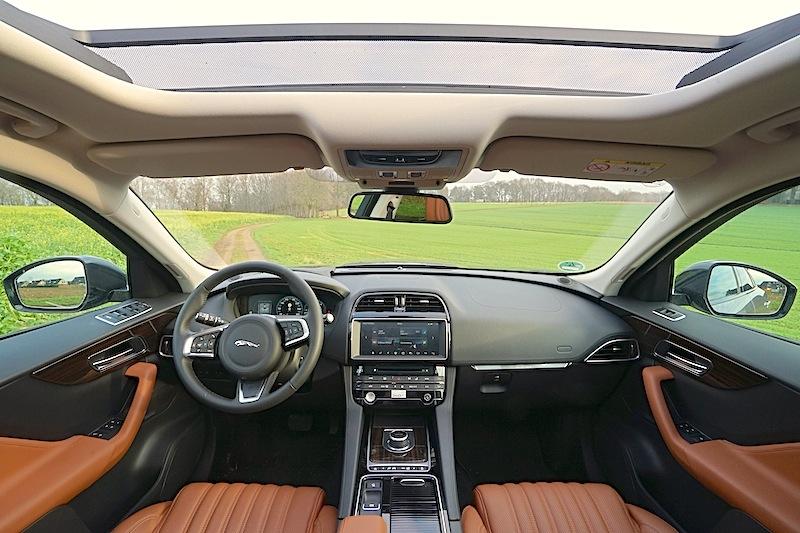Jaguar F-Pace: Übersichtlich reichlich Platz. Die Sitze aus perforiertem Windsor-Leder machen - durch ihre elektrischen 10/10-Wege-Sitzeinstellung – das Fahren zu einem Vergnügen