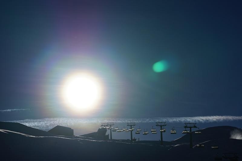 Schneevergnügen bis die Sonne am Horizont versinkt