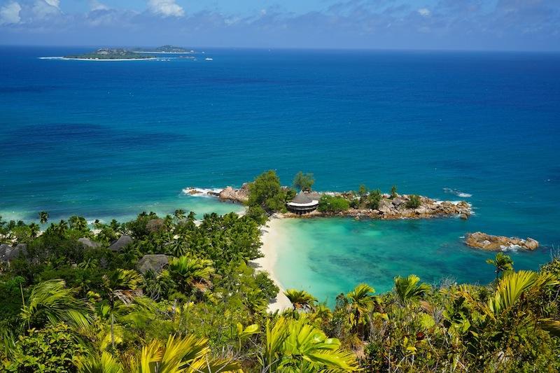 Der Blick zur Bucht Petite Anse Kerlan und Pointe Ste Marie mit dem ....