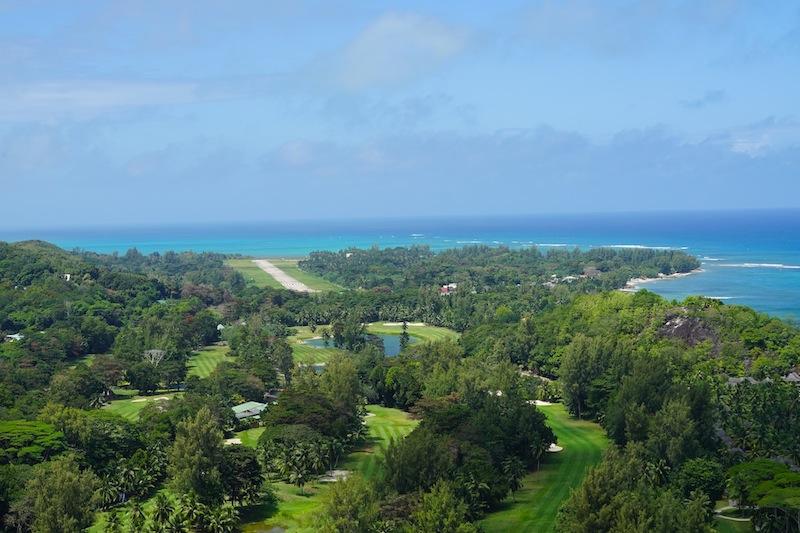 Der Blick Richtung Flugfeld - unten ist ein Teil des Golfplates zu erspähen