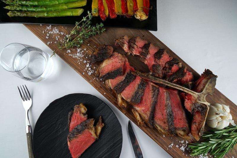 Schmackhaft bis zum letzten Bissen, das T-Bone Steak vom Holzkohlegrill im Restaurant The Saint
