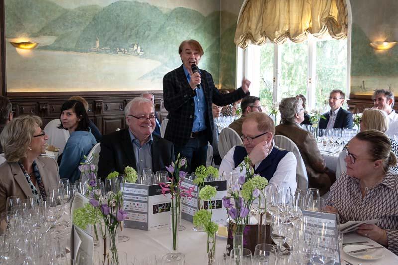 Führt fachkundig und detailreich durch das Lunch. Moderator und Journalist Martin Schwarz