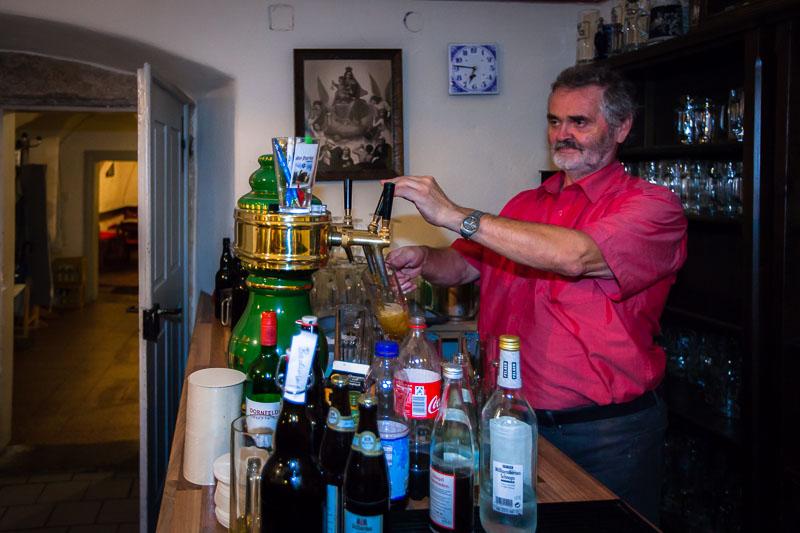 Rudi Loistl von Beruf Finanzbeamter und mit Leidenschaft Bierbrauer. Den alten Pfarrhof in Altenstadt hat er gemeinsam mit seiner Frau Anni, die für die deftige Hausmannskost zum Bier sorgt, zu einer zünftigen Zoigl-Wirtschaft umgebaut