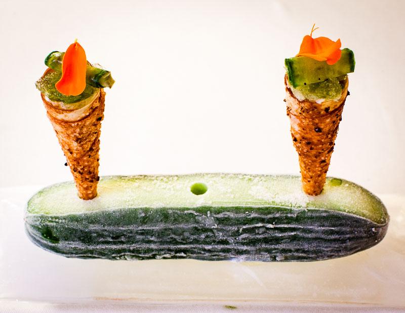Schon der Waffelhalter ist eine Wucht: Sous-Chef Robert Morgan stellt die Gurken-Cornettos mit Milchreis in eine gefrostete Minigurke