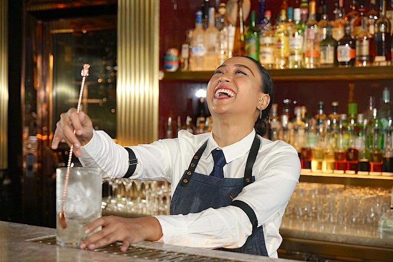 Und ihr Job ist ihre Berufung - sie hat Freude an dem was sie tut - das sieht man ihr an