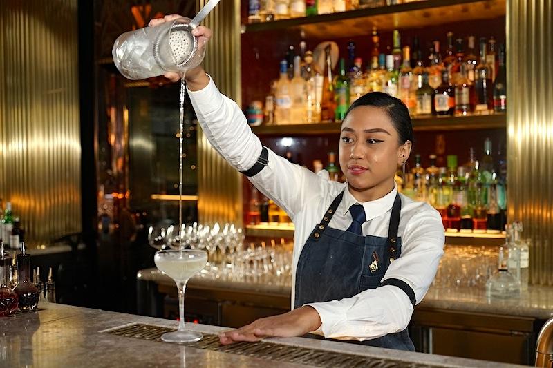 Nur noch wenige Handgriffe und der ATLAS Martini ist trinkbereit