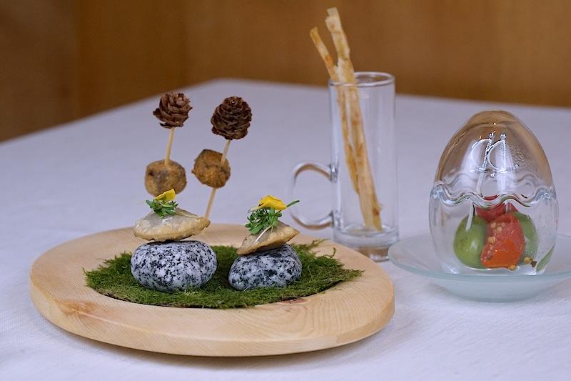 Käse Bärlauch Stangerl, gebackene Steinbockpraline, Murmeltiertascherl, Ofentomaten und marinierte Olive