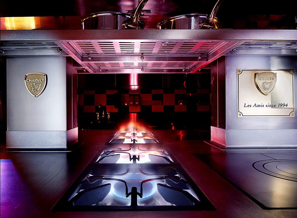 Seit 1994 existiert das Restaurant Les Amis. Die Inschrift im Charvet bestätigt diese Existenz