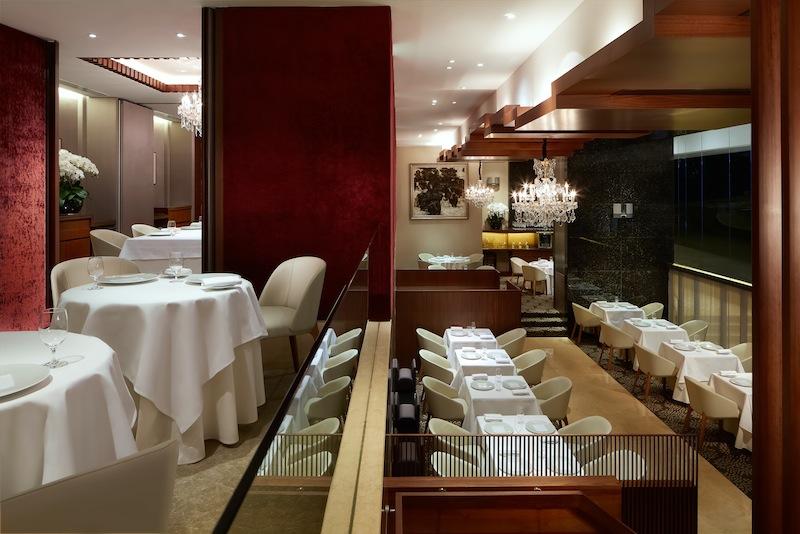 Über zwei ebenen erstreckt sich das Sterne-Restaurant Les Amis in Singapur