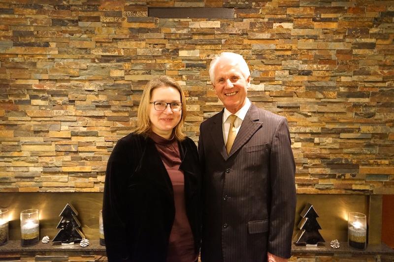 Maître d'hôtel und Sommelier Bernd Gunia ist Gastgeber im Chesa Rössli und das schon seit über 19 Jahren. Hier gemeisnsam mit Lustfaktor-Redaktuerin Annett Conrad