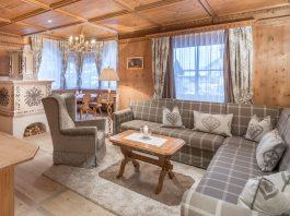 Kaiseresuite: Eleganter Wohnbereich im stylischen Tirolerstil. Im 5-Sterne-Superior Hotel Trofana in Ischgl wird das Wohnen zum Erlebnis
