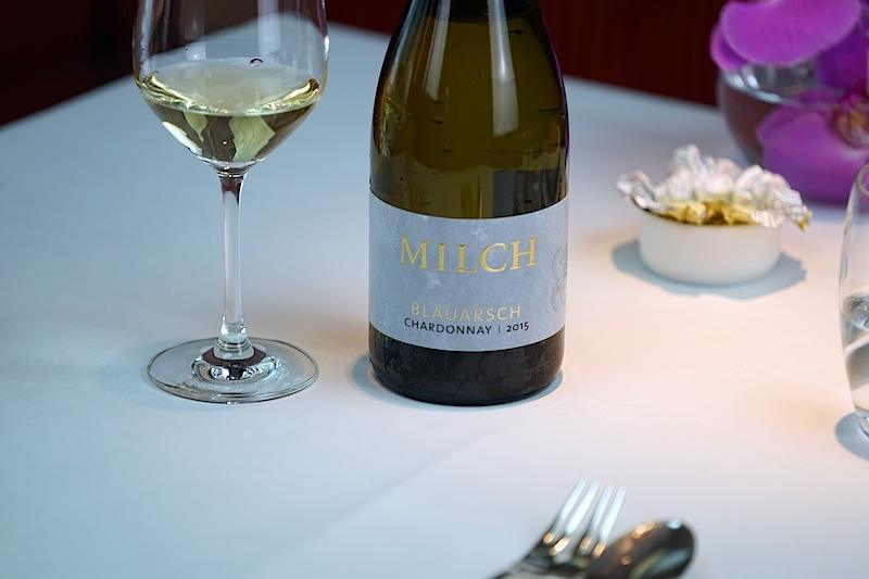 """Der begleitende Chardonnay des Weingutes Milch aus Rheinhessen sorgt mit seiner Lagenbezeichnung """"Monsheim im Blauarsch"""" bei den Gästen für ein Schmunzeln"""
