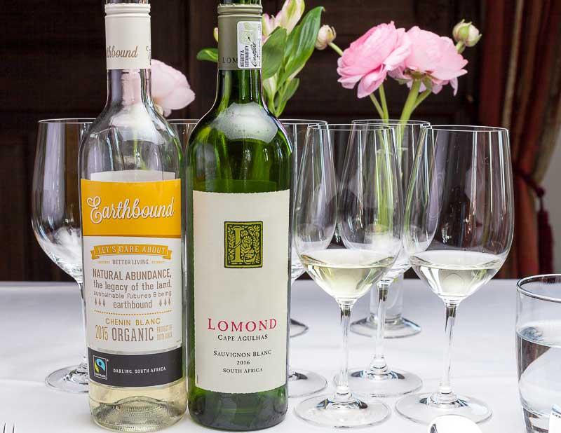 2015 Earthbound Chenin Blanc, eine Rebsorte, die ursprünglich aus Frankreich stammt. Earthbound baut seit 2007 biologisch an. Sowie ein 2016 Lomond Sauvignon Blanc