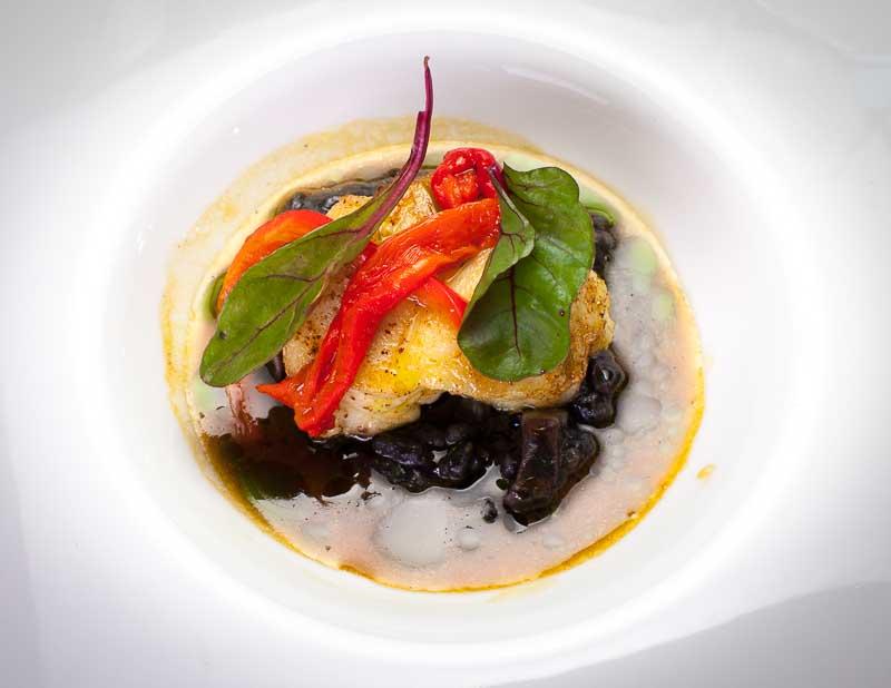 Gebratener Seeteufel mit Sepia-Risotto, Sauce Bouride und Paprika