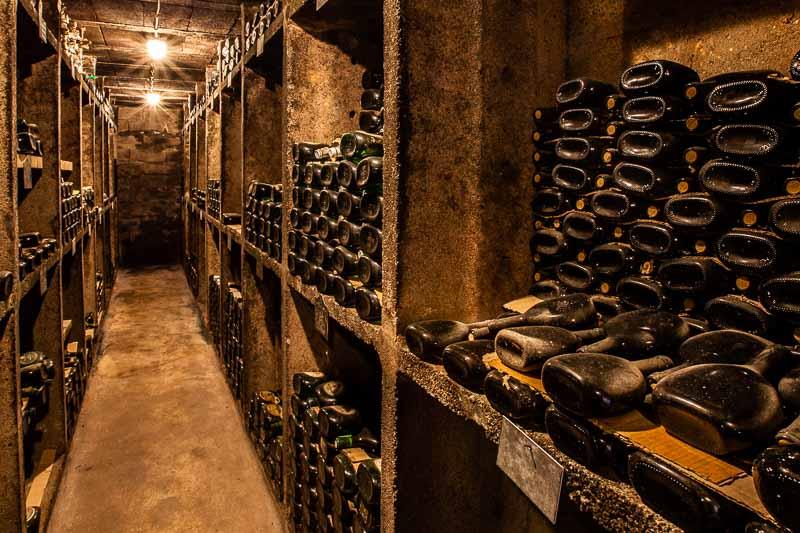 Blick in die Schatzkammer. Hier lagern Bocksbeutel vieler Jahrzehnte / © FrontRowSociety.net, Foto: Georg Berg