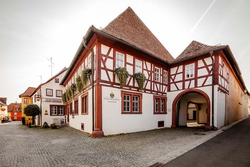 Das Stammhaus in Iphofen stammt aus dem 16. Jahrhundert. Der Keller sogar aus dem 15. Jahrhundert. Das Stammhaus war zwischen 1860 und 1950 ein Kolonialwarenhandel, der die Familie Wirsching ernährt hat / © FrontRowSociety.net, Foto: Georg Berg
