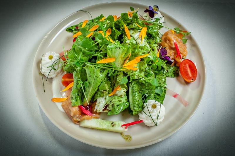 Ein Gruß aus dem Garten. Salat mit Marillenchutney und Kürbiskernöl sowie Blüten und Kräutern