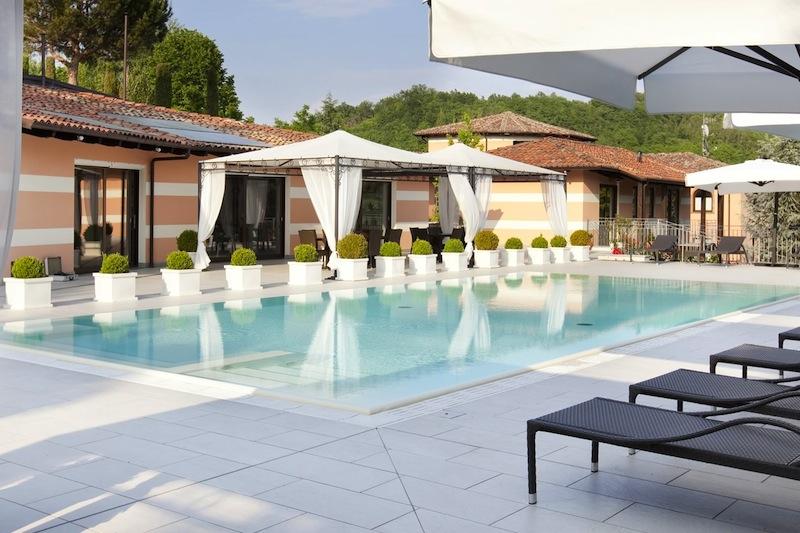 Hier am Pool der Villa Castelletto entspannt es sich herrlich
