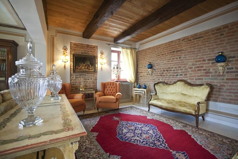 Handwerker, die mit neuen und alten Techniken vertraut sind, schufen das Innere der Villa Prato. Ihnen in der Not zu helfen oder auch junge, ambitionierte Handwerker zu unterstützen, ist das Anliegen der SoloPerGian-Stiftung. Damit auch in Zukunft Kunstfertigkeit im Handwerk ausgeübt werden kann