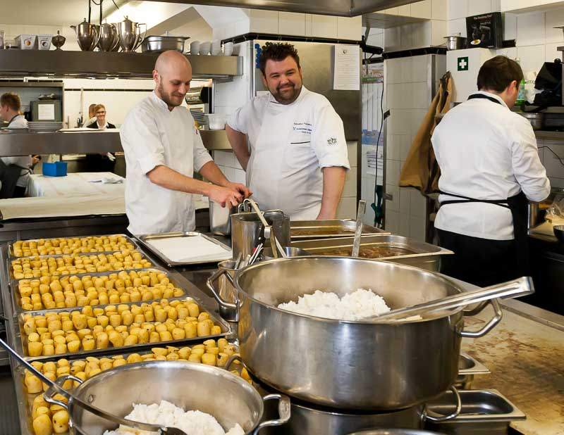 Kartoffelfelder im Kronenschlösschen. Sebastian Prüßmann koordiniert den dritten Gang seines Südafrika-Lunchs. Ihm steht Simon Stirnal Gastgeber-Koch aus dem Kronenschlösschen zur Seite