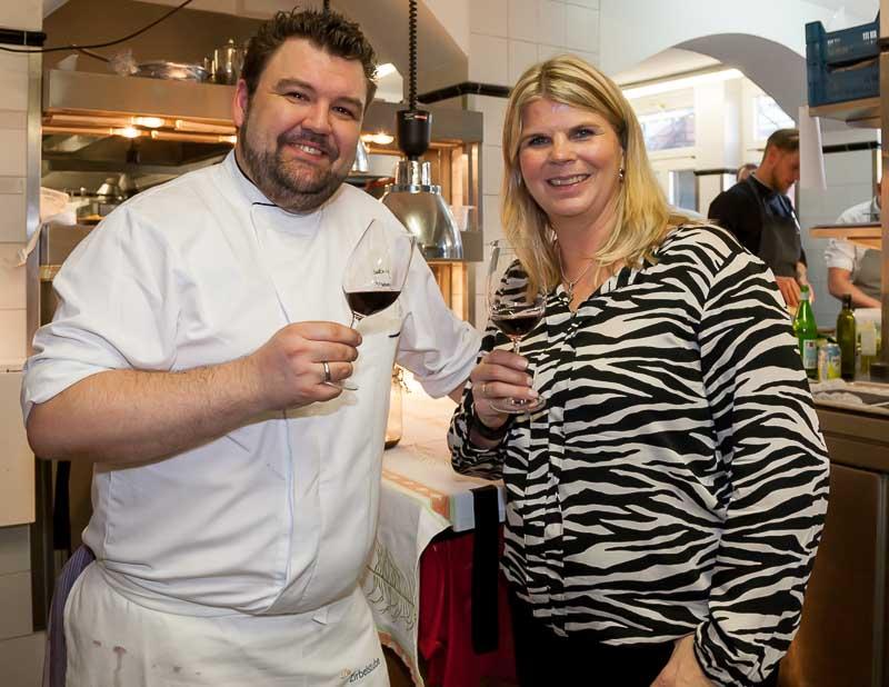 Kostprobe: Sebastian Prüßmann und Kerstin Beckmann von INTABA-Weine stoßen in der Küche auf ihr gemeinsames Südafrika-Lunch an
