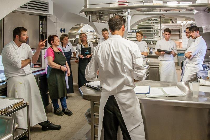 Teambesprechung: Robert Morgan, links im Bild, übernimmt ab Juni 2018 die Regie in der Küche von Burg Wernberg