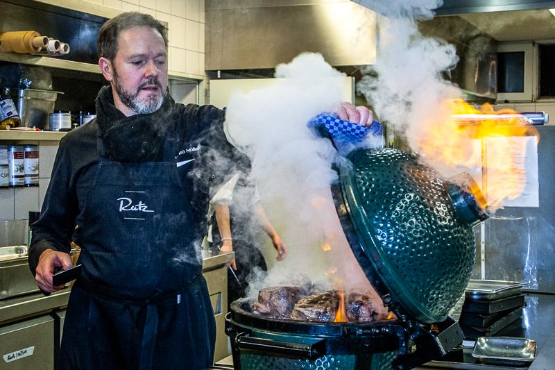 """Ein Geheimnis der zarten Rinderbrust ist die """"umgekehrte"""" Reihenfolge: Zuerst bei niedriger Hitze im Ofen erwärmen und dann erst kurz vor dem Anschneiden im eigenen Rauch scharf grillen"""