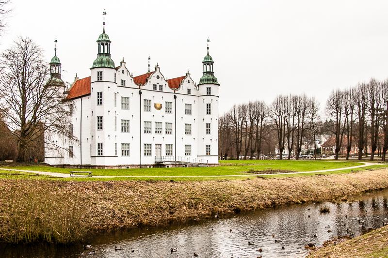 Vis-a-Vis vom Parkhotel Ahrensburg liegt Schloss Ahrensburg – der Park lädt selbst bei grauem Wetter zu einem Rundgang ein / © FrontRowSociety.net, Foto Georg Berg