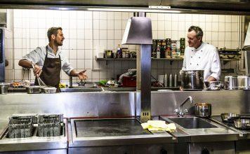 Michael Kempf in der Küche des Parkhotels Ahrensburg mit Christian Stockmann / © FrontRowSociety.net, Foto Georg Berg