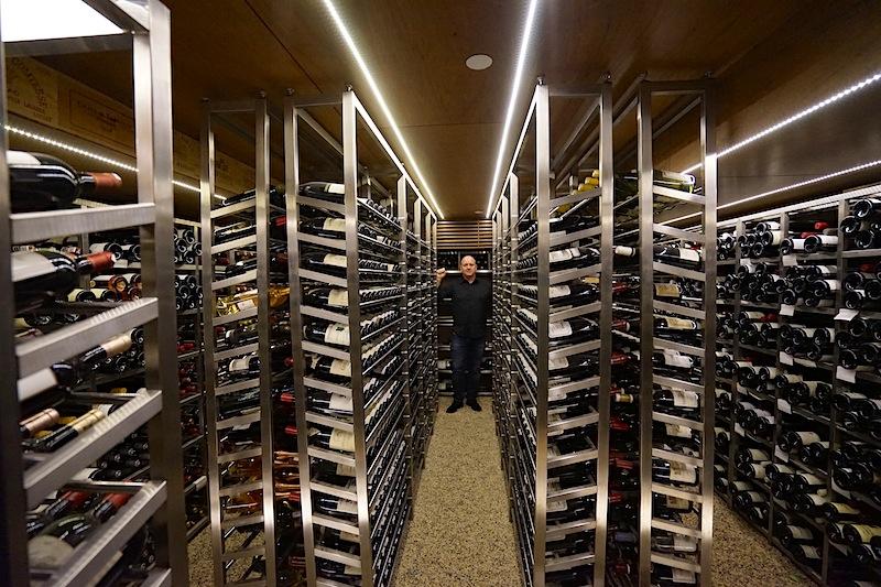 """Andreas Conrad hat sich von der gigantischen Auswahl im Weinkeller des 2-Sterne Restaurants Les Amis überzeugt. """"Ein Paradies auf Erden"""", so Andreas Conrad"""