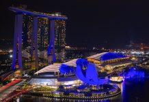 Singapur - Superlative auf allen Ebenen. Hier der Blick vom Luxushotel The Ritz-Carlton Millenia auf das Hotel Marina Bay Sands